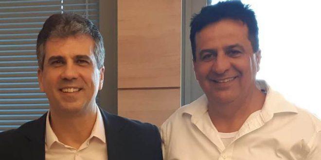 שמעון סבג והשר כהן במהלך ביקור בבית החם של עמותת יד עזר לחבר